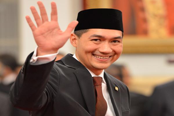 Menteri Perdagangan Muhammad Lutfi melambaikan tangan ke arah wartawan pada acara pelantikan di Istana Negara, Jakarta, Jumat (14/2). Muhammad Lutfi resmi menjabat sebagai Menteri Perdagangan menggantikan Gita Wirjawan yang mengundurkan diri.  - antara