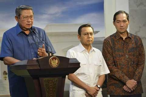 Mendag Muhammad Lutfi (kanan) saat mendengarkan pengarahan Presiden SBY. - Bisnis