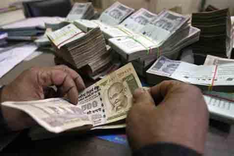 Mata uang Rupee anjlok 125 terhadap dolar AS beberapa tahun belakangan sedangkan indeks S&P BSE Sensex menguat 0,2%.  - bisnis.com
