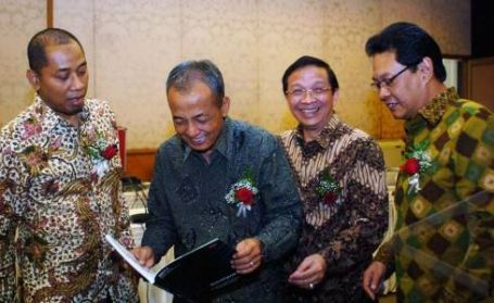 Direktur Utama PT Adhi Karya (Persero), Kiswodarmawan (kedua kiri)usai RUPST di Jakarta belum lama ini.,