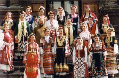 Masyarakat Bulgaria dengan pakaian khas mereka  - jmeshel.com