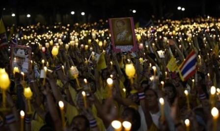 Ilustrasi-Pengunjuk rasa antipemerintah menyalakan lilin memperingati ulang tahun Raja  Bhumibol Adulyadej, di kompleks pemerintahan di Bangkok yang berhasil mereka duduki (5/12/2013). - Reuters/Dylan Martinez