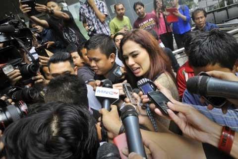Model Catherine Wilson (tengah) memenuhi panggilan Komisi Pemberantasan Korupsi (KPK) untuk diperiksa sebagai saksi kasus suap dengan tersangka Tubagus Chaeri Wardana alias Wawan, Jakarta, Senin (24 - 2).