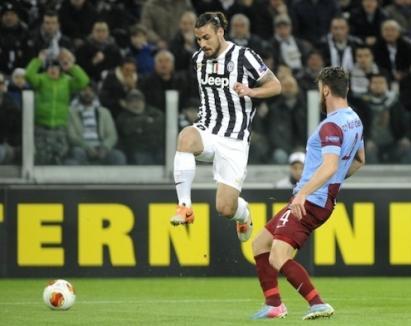 Osvaldo (kiri) berebut bola dengan pemain Trabzonspor Aykut Demir saat laga leg pertama di kandang Juventus di Turin, Italia (20/2/2014) - Reuters