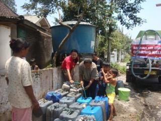 Warga sekitar Gunung Kelud mendapatkan bantuan air bersih dari PKPU, Istimewa