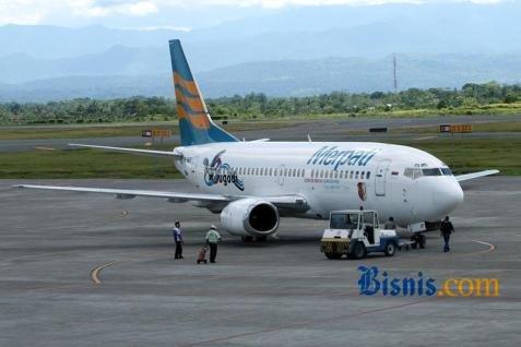 Selepas Merpati membekukan penerbangannya di daerah,harga tiket maskapai lainnya pun ikut melonjak hingga dua sampai tiga kali lipat dari harga sebelumnya.  - bisnis.com