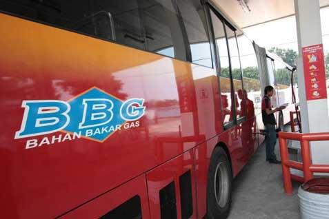 Bus menggunakan bahan bakar gas. -