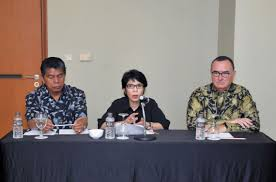 Ernawati, Ketua Komite Anti Dumping Indonesia Kementerian Perdagangan (tengah)