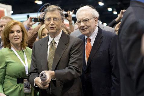 Bill Gates (kiri) dan Warren Buffett - Bloomberg