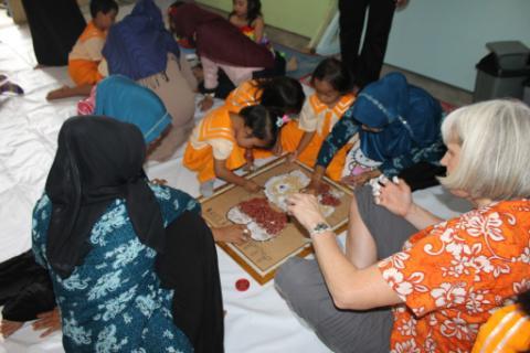 Ilustrasi-Tim relawan membuat kerajinan tangan bersama anak PAUD - Istimewa