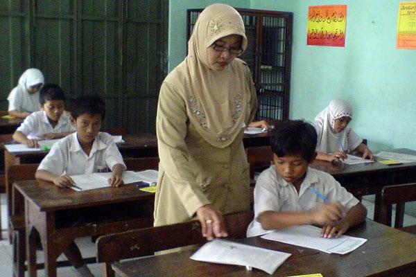 Aktivitas guru di kelas.  -  Bisnis.com