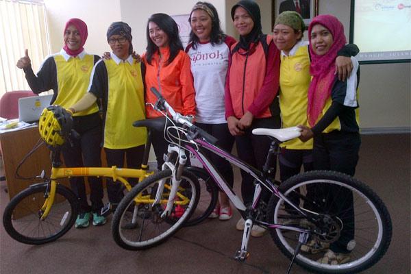 Sebagian peserta yang terpilih mengikutu touring bersepeda sepanjang 843 km di Sulawesi. - Bisnis/Rahmayulis Saleh