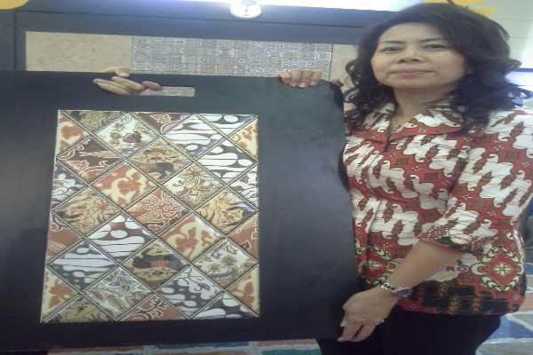 Jusmery Chandra dengan keramik batik motif parang dari Yogyakarta - Bisnis.com