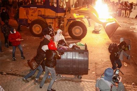 Demontrans menerobos garis polisi di kota Kiev - Reuters
