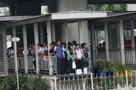 Penumpang dialihkan ke bus Transjakarta lain.  - bisnis.com