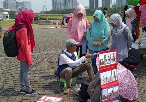 Pengunjung dikenai tarif Rp15.000 per lembar cetak foto.  - bisnis.com