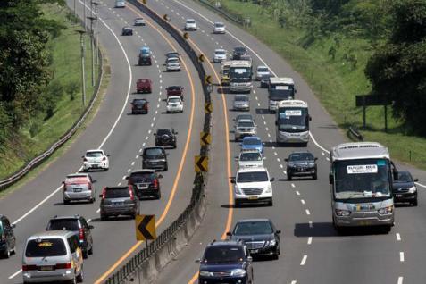 Sempat ada antrean panjang kendaraan di Tol Cipularang pada Jumat (17/4/2014) malam.  - bisnis.com