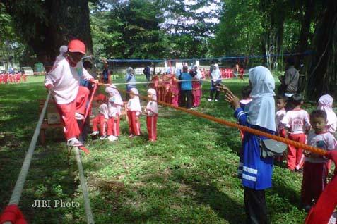Pelajar PAUD sedang berolahraga. Pelajar PAUD Marunda mendatangi Balaikota