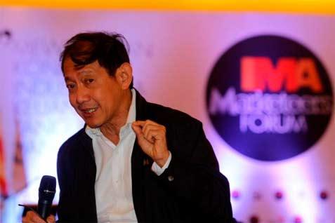 Founder & CEO of MarkPlus Hermawan Kartajaya memberikan penjelasan pada seminar di Jakarta, Senin (14/4). Seminar yang diadakan oleh Indonesia MArketing Association tersebut mengambil tema Perlindungan Konsumen Industri Keuangan 2014.  - bisnis.com