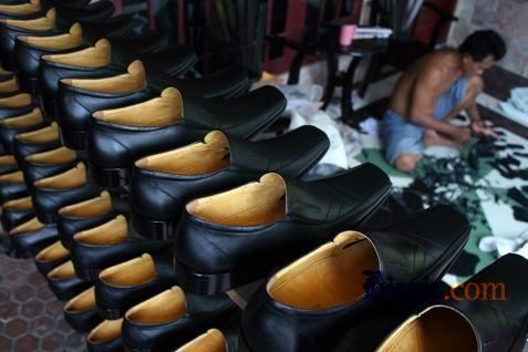 Sepatu produksi UKM. Perajin cari pengakuan internasional melalui WCC Award - Bisnis