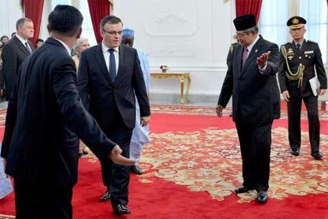 Presiden SBY mengajak para dubes baru beramah tamah di Ruang Jepara, Istana Merdeka, Jakarta, Selasa, 22 April 2014.  - presidenri.go.id