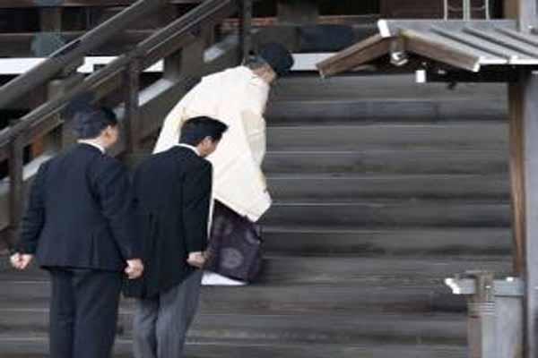 PM Jepang Shinzo Abe saat mengunjungi Kuil Yasukuni - Reuters