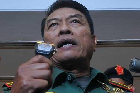 Panglima TNI Jenderal TNI Moeldoko menunjukkan jam tangan merek Richard Mille RM 011 Felipe Massa Flyback Chronograph miliknya. - Antara
