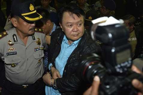 Anggoro Widjojo (kanan) dikawal penyidik KPK dan petugas kepolisian saat tiba di Gedung KPK, Jakarta, Kamis (30/1) malam. - Antara
