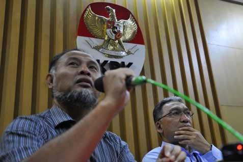 Wakil Ketua KPK Bambang Widjojanto (kiri) dan Dirjen Pajak Fuad Rahmany menyampaikan keterangan usai pertemuan dengan KPK di Gedung KPK Jakarta, Rabu (23/4). Pertemuan itu membahas temuan KPK terkait belum optimalnya penerimaan pajak dari sektor mineral dan batu bara (Minerba), seperti permasalahan dalam aspek tata laksana, regulasi dan manajemen SDM pada Dirjen Pajak.  - antara