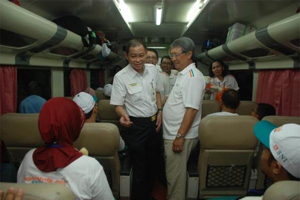 Direktur Utama PT Kereta Api Indonesia Ignatius Jonan (kiri) menyapa penumpang kereta api di Stasiun Gambir, Jakarta, beberapa waktu lalu. - Bisnis/Alby Albahi