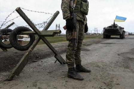 Ilustrasi-Seorang prajurit Ukraina berjaga di titik pemeriksaan di desa Salkovo, wilayah Kherson, yang berada dekat Crimea (20/3/2014). - Reuters/Valentyn Ogirenko