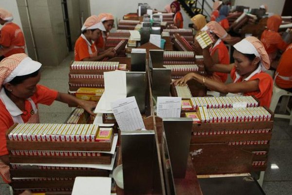 Saham Japan Tobacco turun 0,8% menjadi  3.327 pada penutupan perdagangan di Tokyo kemarin.  - bisnis.com