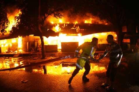 Dia mengatakan sebanyak 40 mobil pemadam kebakaran telah dikerahkan untuk memadamkan si jago merah.  - bisnis.com