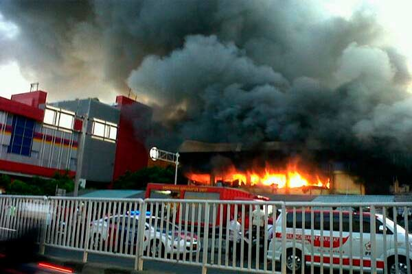 Mereka berusaha memadamkan api sejak pukul 04.00.  - TMC Polda Metro