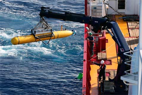Kendaraan Otomatis Bluefin-21 dijulurkan ke sisi Kapal Pertahanan Australia Perisai Samudra di selatan Samudera Hindia dalam pencarian Malaysia Airlines MH370 yang dihilang, seperti dirilis Angkatan Pertahanan Australia, 17 April 2014.  - Reuters