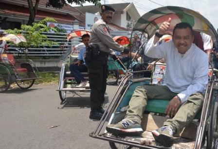 Musisi Anang Hermansyah saat naik beca menuju Kantor Panwaslu Kabupaten Jember, Jawa Timur (11/3/2013). - Antara/Seno