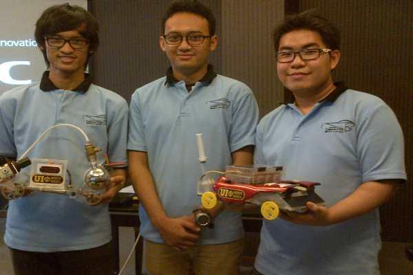 Tim Chem-E-Car UI bersama Prototipe Rhino (mobil warna merah) dan Nayaka. - istimewa