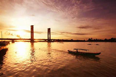 Jembatan Ampera menjadi Ikon Sumsel. Provinsi tersebut membentuk Pantai Timur sebagai kabupaten baru - Antara