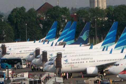 Pesawat Garuda sedang bongkar muat. Di GIFT 2014 maskapai ini menawarkan paket wisata mulai Rp1 juta - Bisnis