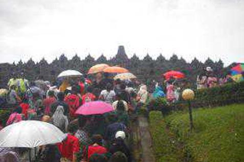 Wisatawan mengunjungi Candi Borobudur  - bisnis.com