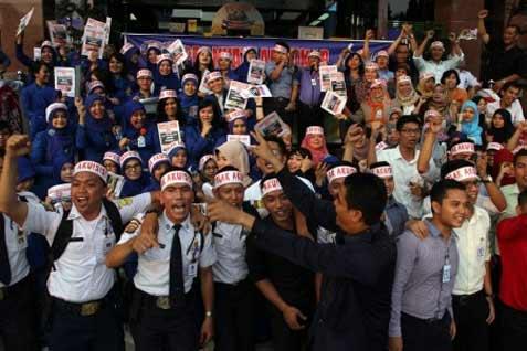 Sejumlah karyawan yang tergabung dalam serikat pekerja Bank Tabungan Negara (BTN) KC Pekanbaru, berunjukrasa didepan Kantor Cabang BTN Pekanbaru, Riau, Rabu (23/4). Dalam orasinya mereka menolak tegas rencana akuisisi oleh pihak manapun termasuk Bank Mandiri.  - bisnis.com