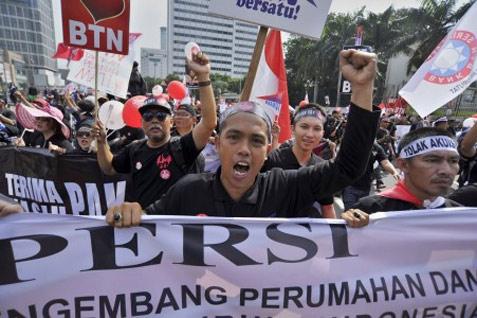 Karyawan Bank BTN berunjuk rasa menolak rencana akuisisi Bank BTN oleh Bank Mandiri, Jakarta, Minggu (27/4). Mereka meminta agar Menteri BUMN melaksanakan rekomendasi Presiden Yudhoyono untuk membatalkan akuisisi serta mencabut surat Menteri BUMN bernomor SR-161/MBU/04/2014 yang mengagendakan RUPSLB soal pengambilalihan saham Dwi Warna di BTN oleh Mandiri.  - antara