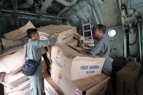 Petugas menyusun bantuan logistik untuk korban Topan Haiyan di Filipina ke dalam pesawat Hercules di Lanud Halim Perdanakusuma, Jakarta, Rabu (13/11) Pemerintah Indonesia memberikan bantuan kepada korban Topan Haiyan di Filipina senilai US 2 juta dengan rincian berupa uang tunai sebesar US 1 juta dan sisanya dalam bentuk natura atau kebutuhan makanan. - antara