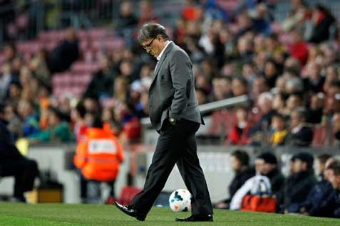 Pelatih Barcelona-Gerardo-Martino lesu timnya tertinggal 0-1 dari Vilarreal, Minggu (27/4/2014) atau Senin (28/4/2014) WIB - Reuters