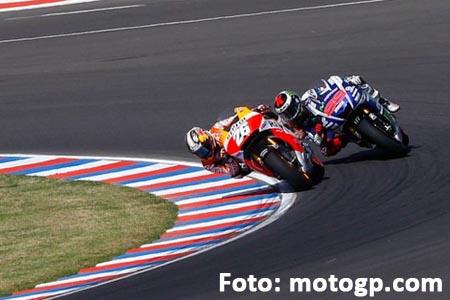 Dani Pedrosa (Repsol Honda) menyalip Jorge Lorenzo (Movistar Yamaha) pada Lap 24