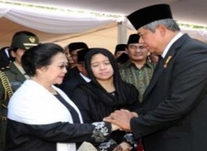 SBY menyalami Megawati saat upacara pemakaman Taufiq Kiemas di TMP Kalibata, Minggu (9/6/2013). - Antara/Setpres/Rusman