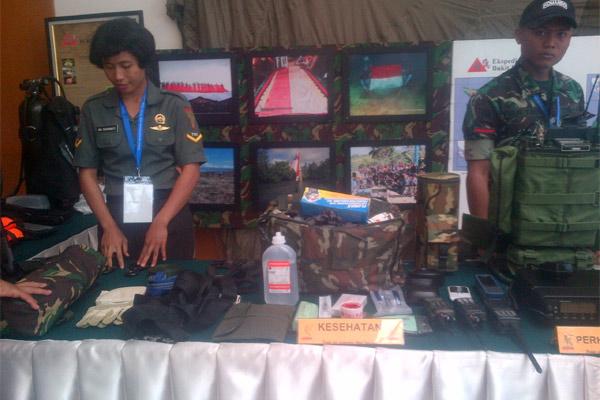 Anggota TNI-AD memperagakan berbagai peralatan untuk membantu kesehatan masyarakat, yang dibawa dalam setiap kegiatan Ekspedisi NKRI di wilayah terpencil. - Bisnis.com/Rahmayulis Saleh