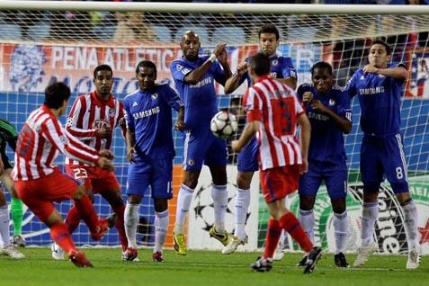 Atletico Madrid saat diperkuat  Sergio Kun Aguero (L) mencetak gol dari tendangan bebas melawan Chelsea pada  3 November  2009 di Madrid - REUTERS