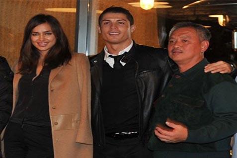 Cristiano Ronaldo dan pacarnya,  Irina Shayk bersama Tomy Winata saat penganugerahan Duta Mangrove di Bali - Antara.