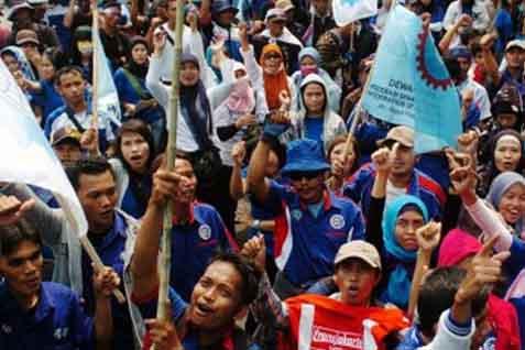 Ratusan buruh Tangerang dari berbagai aliansi serikat buruh menggelar aksi di depan kantor Disnaker kota Tangerang, Banten soal  upah - JIBI